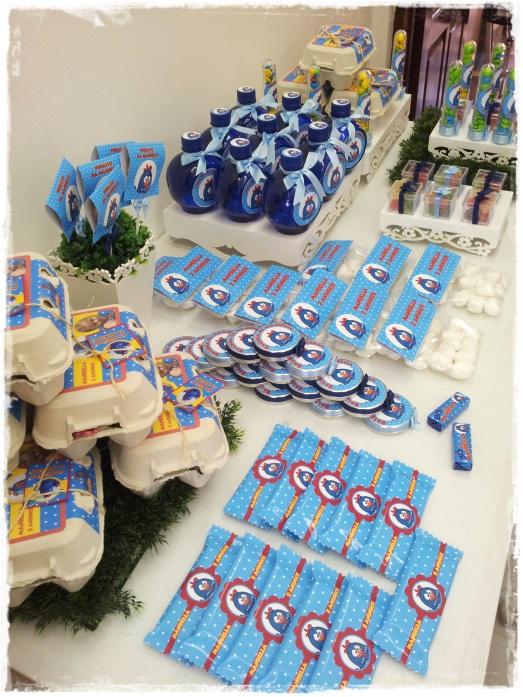 Mesa de doces personalizada no tema Galinha Pintadinha